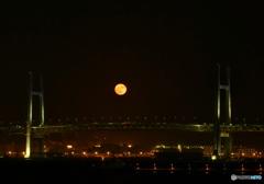 ベイブリッジと満月と