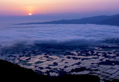 雲海の広がる散居村