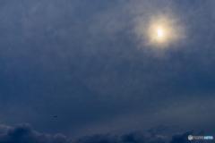 雲に覆われた日食