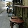 路地裏の椅子