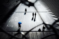 青い傘の男