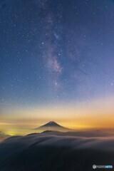 雲海と富士山と天の川