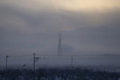 朝靄に聳え立つ鉄塔