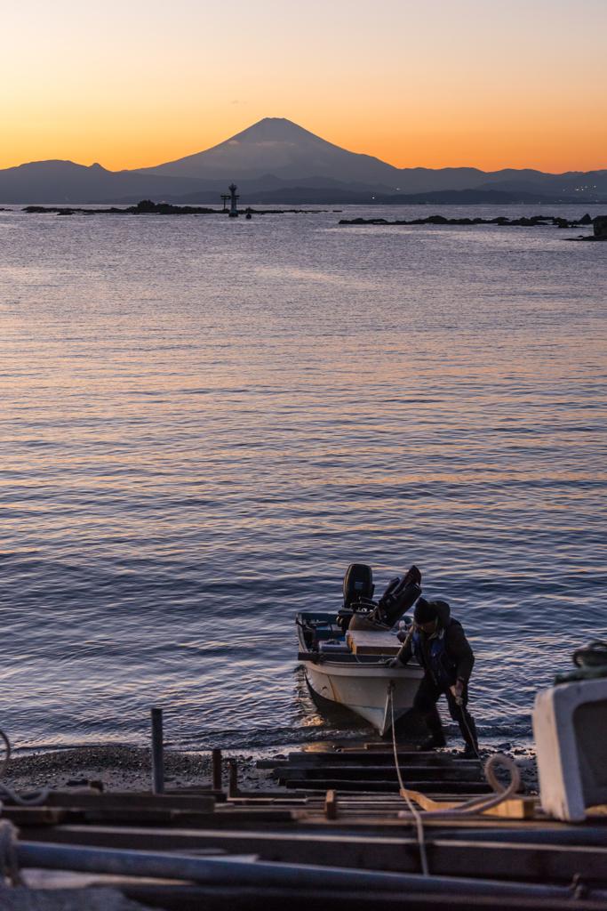 船をあげる漁師