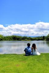 青空と雲と芝生と二人