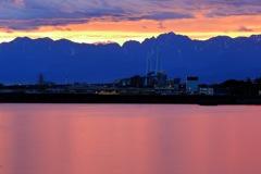 剱岳とほぼピンク色の海
