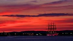 仕舞いの夕焼けとほぼ同じ色にライトアップされた海王丸