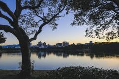 夕闇の湖畔