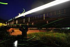 電車とホタル1