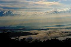 雲に隠された里