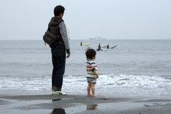 海を望む親子