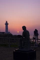 日の出と灯台と絵描きとカメラマン