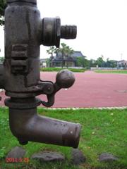 公園のオブジェとなった汲み上げポンプ(大)