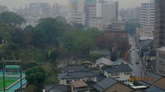 初冬の小雨に煙る森の都の対照