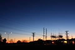 変電所と夕景