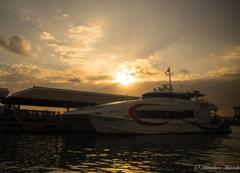 船内からの朝陽