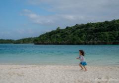 女の子の砂遊び