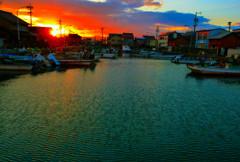 暮れる漁港