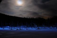 薄月と青い池ライトアップ②