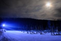 薄月と青い池ライトアップ