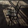 ベンチに線の影
