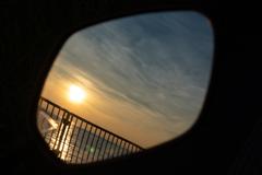 鏡の中の朝空