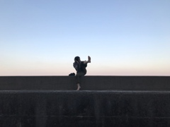 堤防の上でアチョー