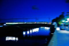 青の川面を渡る刻(とき)