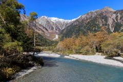 清流と美しい山々が織りなす風景