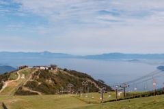 ロープウェイ山頂駅と琵琶湖(琵琶湖バレイより)