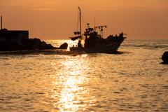 夕暮れ時の船出