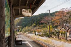 JR九頭竜湖駅ホームにて(2015秋の九頭竜湖より)
