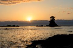 静かな波の音、昇る朝日