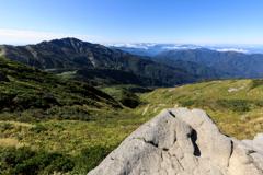 黒ボコ岩から別山を望む