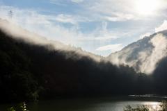 小さなダム湖の朝景