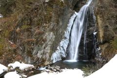 凍らない滝