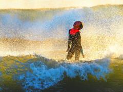 冬の少年サーファー