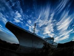 廃船と朝雲