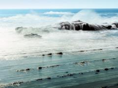 波と岩礁(日南海岸)