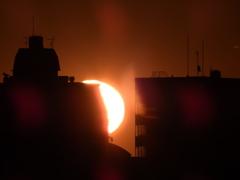 非常階段を照らす歪む太陽