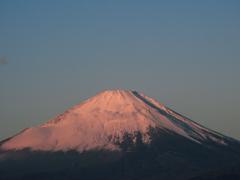朝焼けに染まる富士山