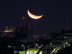 東京タワーと六本木ヒルズの間の月の出 2015