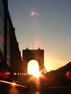 吊り橋とダブルダイヤモンドと飛行機雲と
