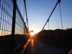 吊り橋の夕陽