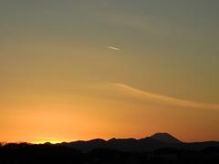 夕焼けと富士山と飛行機雲と
