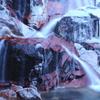 凍る紅い岩の滝