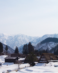 雪の残る五箇山