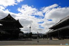 東本願寺と青空と京都タワー