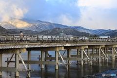 薄っすら雪山と渡月橋