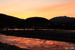 夕焼け色に染まる川